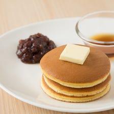 モーニングセット AM10:00~AM11:30 ふわふわなミルクパンケーキにバターをトッピング。柔らかな食感とバターのコクが癖になる朝だけのお得なメニュー。セット内容は、パンケーキ + 緑茶orほうじ茶orコーヒー。
