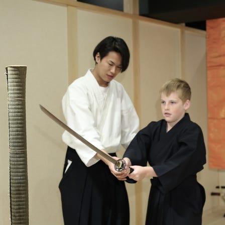 用真正的日本刀斬斷稻草捆