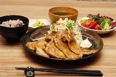手づくり食堂 ぱんぷきん ~選べる小皿と名物とん汁~