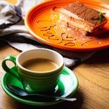 ランチのデザートには、ほろ苦く甘いティラミスとコーヒーを。
