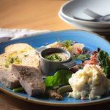 彩り豊かな前菜の盛り合わせは見た目にも美味しい一皿