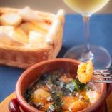 プリップリの海老とフレッシュなホウレン草のアヒージョはワインと好相性