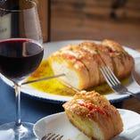 モッツァレラチーズとトマトを香ばしいガーリックトーストで挟み焼き