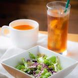ランチ限定のスープ(ミネストローネ)とサラダのセットは100円という驚異のコスパ!