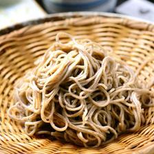 蕎麦殻と一緒に挽く「挽きぐるみ」製法