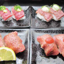 大トロ、牛タン、ハラミの肉寿司