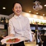 ≪スタッフ≫笑顔で料理をご提供♪料理知識も勉強中!