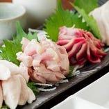 【新鮮さを味わう】 さっぱりと食べやすい鶏のお刺身は必食
