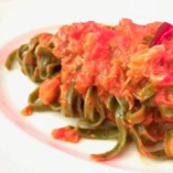 緑のフェットチーネ ずわい蟹のトマトソース