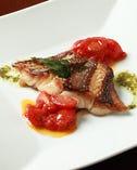 紀州加太漁港直送の天然真鯛を皮パリッと焼き上げふっくらと仕上げてます。ソースはトマトベースでさっぱり仕上げてます♪