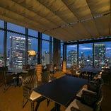 席間にゆとりをもたせてご案内。地上125mから梅田の夜景を一望!