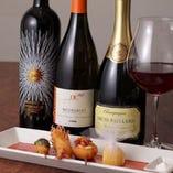 ゲストの好みや予算に応じたワインをスタッフが提案してくれる。