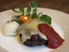 熟成和牛100%のハンバーグ~チーズとたっぷりトマトのソース〜