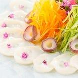 北海タコのお造り 彩り野菜と梅香醤油