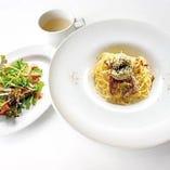 牡蠣と燻製鴨肉のクリームソースパスタ