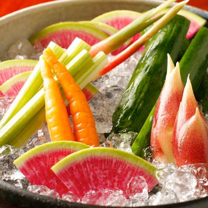 夏にぴったりの夏野菜盛り合わせは8種程度の新鮮野菜を使用