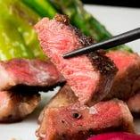 山形県産の最高級A5ランク黒毛和牛のステーキをじっくりと炭火焼