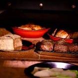 肉焼き専用の石窯まで焼き上げるお肉料理は絶品です。