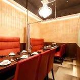 片側ベンチシートのテーブル席(6名様用を2卓)。少人数のご宴会、飲み会、女子会などの各シーンにおすすめ。