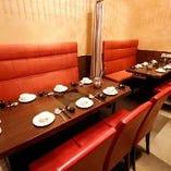 片側ベンチシートのテーブル席(~12名様)。カーテンで仕切ることができますので、半個室としても◎