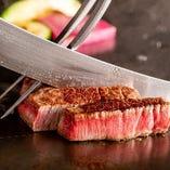 目の前の鉄板で焼かれる高級肉を堪能