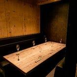 接待・会食等でも利用可能なシックなテーブル席(3名様~6名様)