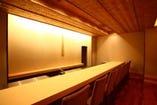 樹齢300年を超える木曽檜の一枚板を使用したカウンター席