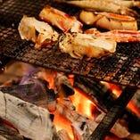 備長炭で焼き上げる本格炉端料理。