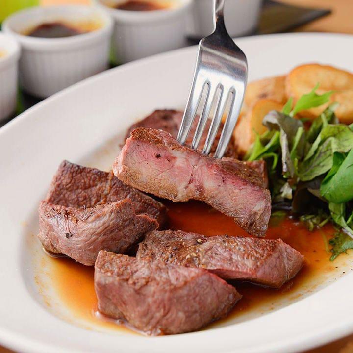 アンガス牛ステーキが食べられる肉メインのコースも充実!