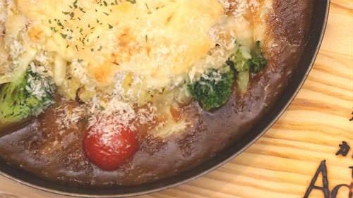表面はサクサクで、とろけたチーズがカレーにまろやかさが絶品!