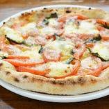 自慢のナポリピザは焼き立てでをどうぞ!