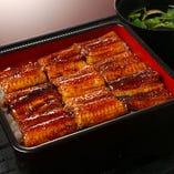 うな重も関西焼き、香ばしい鰻が食欲をそそります。