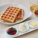 パンケーキ または ワッフル - ホイップクリーム ベリー バター メープルシロップ ハニー