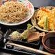 贅沢ランチの新そばと揚げたての天ぷらの天せいろ。