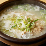 やわらかく煮込んだ鶏肉に高麗人参で深みを出した「サムゲタン」