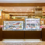 ホテルメイドのバースデーケーキや、季節のケーキ、焼き菓子などが揃うテイクアウトギフトコーナー