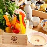 日本酒と相性抜群の一品料理も豊富な取り揃えがございます。