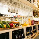 [1階フロア]お酒のボトルやグラス、野菜などが並べられたカウンター
