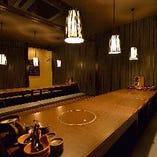 和モダンなライトが下りる、雰囲気抜群な個室は最大24名様まで