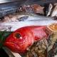 漁師から直で仕入れた新鮮な魚介類。