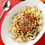 エジプトの国民食「コシャリ」はコクのあるトマトソースが絶品。