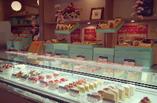 入口正面には、大人気自家製ケーキや、『五つ星ひょうご』を受賞した焼き菓子などの並ぶショーケースがございます。