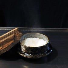 【鉄板で炊き上げられる釜炊き白飯】