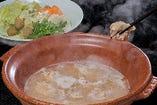 酔灯屋の水炊きと言えば、地頭鶏の鶏ガラを6時間煮て炊きだした、白濁の特性スープが特徴です。〆まで旨い!1人前からオーダーOK!