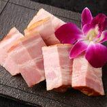 厚切りベーコンの藁焼き