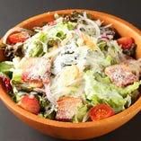 藁焼きベーコンのシーザーサラダ