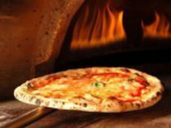 約400度の高温で一気に焼き上げる本格ピザ釜