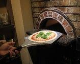 イタリア直輸入の石窯 約400度の高温でピッツァを焼き上げます