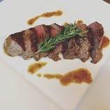 オーストラリア産のぶどう牛のステーキ☆ぶどうの絞り粕を牛さんに食べてもらう事で、臭みがなく柔らかいお肉です!