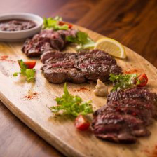 イタリア産生ハムやお肉料理が人気